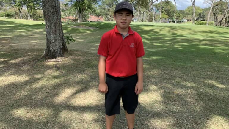 Golfistas ticos rinden homenaje a Tiger Woods al imitar su vestimenta